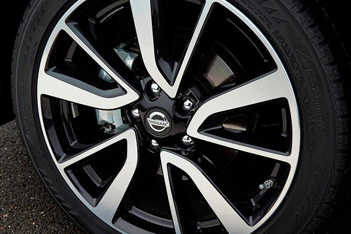 """Esta es la gigantesca llanta de 19"""", y su neumático de perfil muy bajo. Una combinación muy poco recomendable para todo lo que no sea asfalto (y del bueno, si es posible)."""