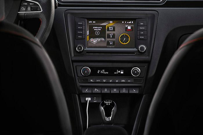 La consola central recibe, en su zona frontal vertical, la mayoría de los mandos que no van en el volante o la caña de dirección.
