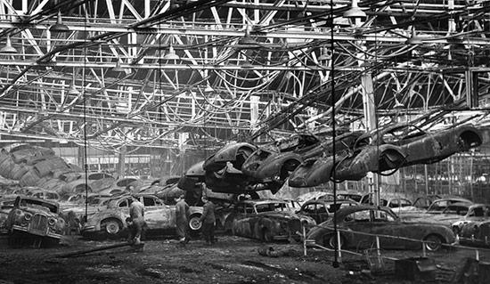 La desoladora imagen de la nave incendiada en la factoría de Browns Lane, en la que quedaron destruidos no sólo nueve XK-SS en fase de reconversión, sino multitud de otros ejemplares de los modelos que Jaguar fabricaba a finales de la década de los 50.
