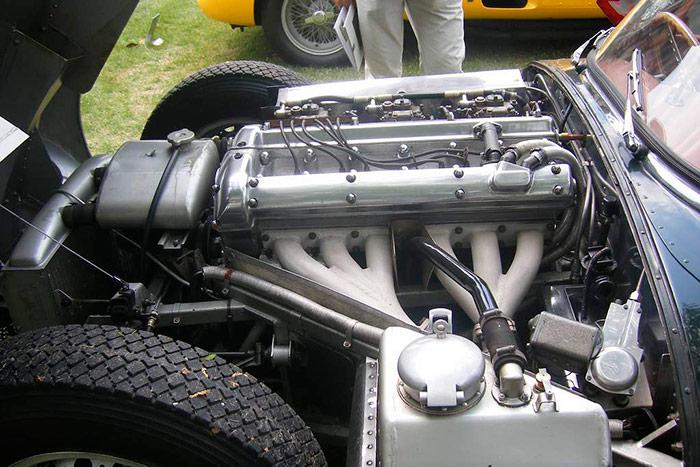 """Fantástico el acabado de esta unidad, en este caso calzada con los Dunlop R-1 diagonales que se montaban de origen (no los Racing). La entrada a los carburadores es una """"caja de aire"""" con mejor protección que la chapa de la foto anterior. En primer plano, el depósito de aceite de la lubricación por cárter seco, y a la izquierda el del circuito de agua de refrigeración (presurizado, pero no sellado)."""