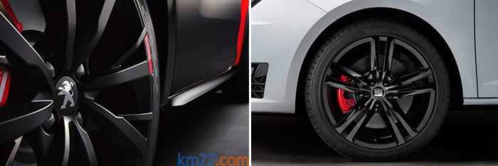 """A pesar del curioso concepto que el fotógrafo de Peugeot tiene de lo que es informar, se aprecia ópticamente que el flanco del neumático parece más bajo, al ser de sección 205 en vez de 215 (aunque ambos sean de perfil 40) e ir montado en llanta 18"""" en vez de 17"""". Y también se adivina que la pinza de freno Brembo de 4 pistones del Peugeot es más voluminosa que la clásica de tipo deslizante de un pistón del Seat."""