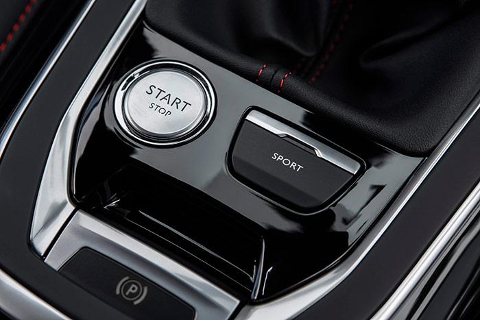Los tres botones de mando del motor, freno de estacionamiento y cambio de programa (de buen tamaño los tres) van situados en posición muy accesible en la consola central.