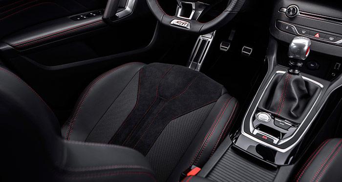 El puesto de conducción resulta muy acogedor; al margen de la utilización, tranquila o deportiva, que se le vaya a dar al coche.