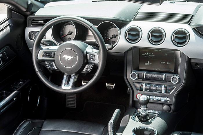 En el volante del 5.0 V8 el animal que aparece es el Mustang, por contraposición a la Cobra del Shelby que aparece al final de esta entrada. También se aprecia la diferencia de forma en los pomos del cambio: esférico en el Getrag del Mustang, y cilíndrico en el Tremec del Shelby