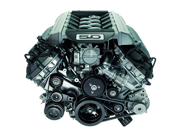 Impresionante aspecto del motor 5.0 V8, en cuyo frontal nueve poleas se encargan de encarrilar el trabajo de dos correas, cada una de las cuales pasa por cinco de ellas, entre las de arrastre y las tensoras.