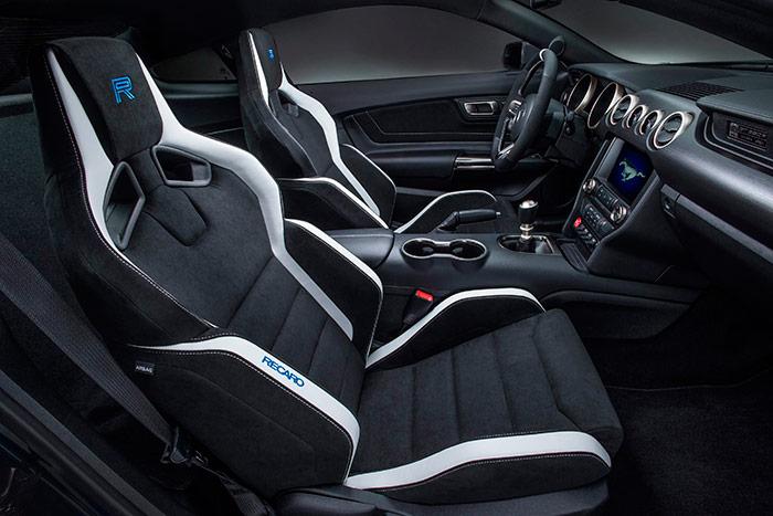 """El pomo del cambio delata que no se trata de un 5.0 V8 sino de un Shelby GT-350 (y """"R"""", como indica el asiento); pero el asiento Recaro es el mismo que montan los 5.0 exportados a Europa. Asiento del que no había foto alguna entre casi 300 dedicadas al modelo en la web de Ford Europa."""
