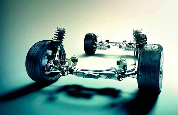 Los dos trenes de suspensión, en los que el aluminio tiene una presencia preponderante (como en capó y aletas delanteras); lo cual no evita que el coche se ponga en casi tonelada y tres cuartos de peso.