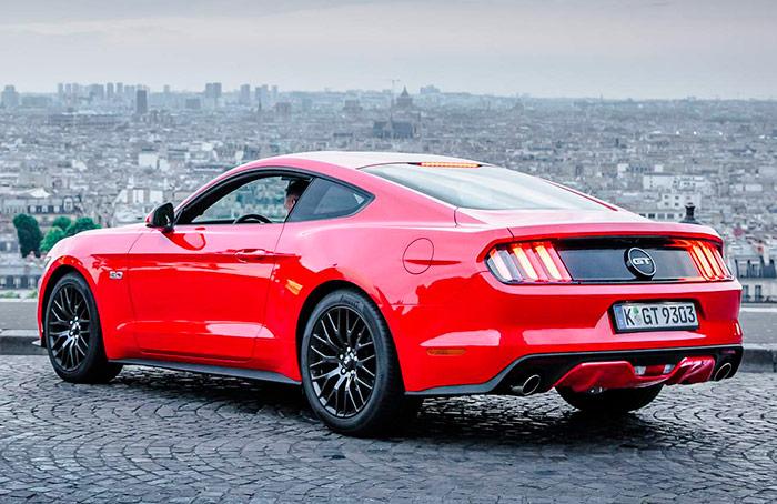 Ya en su sexta generación, el Mustang sigue manteniendo la fidelidad a una línea inconfundible, que le ha convertido en un icono del coche americano de aspecto deportivo. En esto le ha ganado al Corvette, que entre las primeras series, luego el Sting Ray, el Mako y después los más modernos, ha cambiado bastantes veces de aspecto.