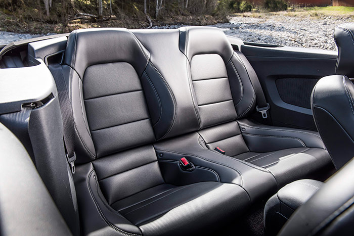 Asientos posteriores, que en la foto corresponden a la versión convertible; pero en el Fastback son idénticos. Al Mustang se le puede considerar como un 2+2 plazas muy amplio, o como un 4 plazas incómodo.