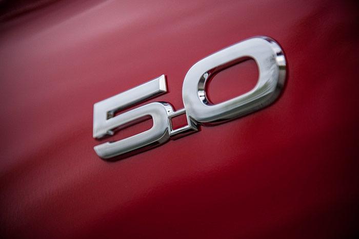 El Mustang GT no desperdicia ocasión de reafirmar su personalidad. Incluso la luz de cortesía que, con la puerta abierta ilumina el pavimento en la oscuridad, proyecta la imagen del caballo al galope que es el símbolo del modelo.