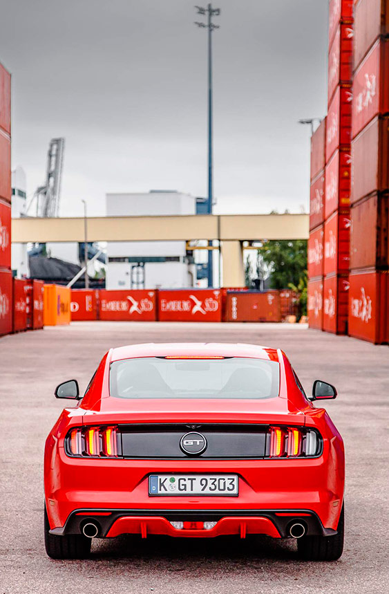 Esta es la vista de un Mustang GT que, lógicamente, debería ser la que aprecie con más frecuencia la mayoría de los demás usuarios de una carretera en la que ambos coincidan.