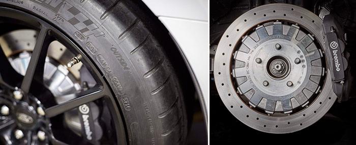 Detalle de la llanta de fibra de carbono del R, y del freno trasero de ambos, cuyo disco (montado flotante sobre núcleo de aluminio) tiene el diámetro del delantero que se monta en el GT 5.0 V8, y lleva su misma pinza de cuatro bombines, cuando en el 5.0 V8 es de tipo normal.