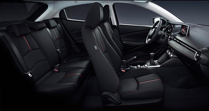 Aunque se trate de un segmento B de cuatro metros, el interior del Mazda-2 tiene el empaque de un coche serio, como si pretendiese competir con su hermano mayor el Mazda-3 (sólo hasta que se aprecia la diferencia de tamaño).