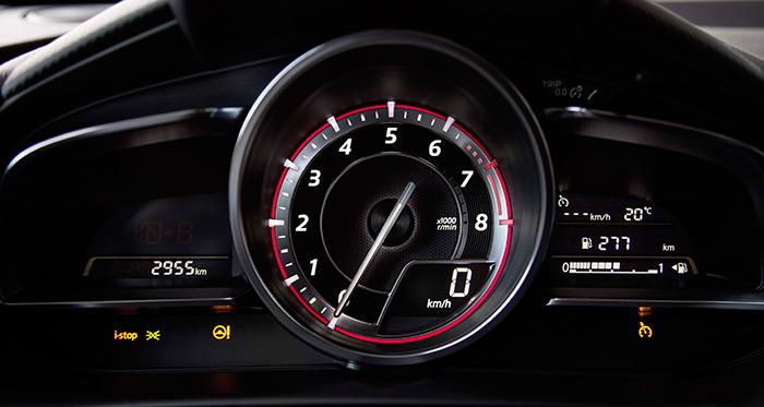 """Absoluto predominio del cuentarrevoluciones en el cuadro: como es típico en Mazda, con las 5.000 rpm arriba del todo, según la teoría de que la zona entre 3.500 y 6.500 rpm es la que se utiliza cuando se conduce """"a fondo"""", y para consultar el régimen no hay que desviar apenas la mirada de la carretera. El velocímetro, por su parte, es digital, mientras que para el cuentavueltas se privilegia la indicación angular por aguja."""