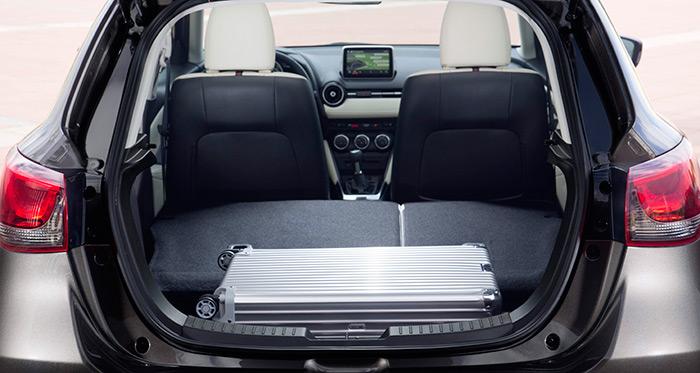 Como es habitual, la zona posterior es transformable y modular; y como también es frecuente en coches de pequeño tamaño, existe un resalte entre la altura del piso del maletero y los respaldos traseros abatidos.