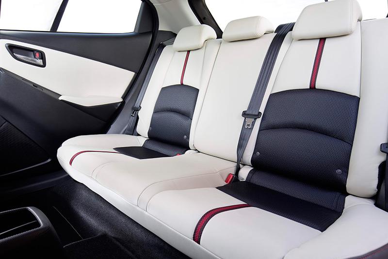 En el nivel de acabado superior, se llega al extremo de ofrecer una tapicería de cuero bi-color, con un motivo decorativo en forma de cenefa vertical. Encaja con el tipo de clientela que prefiera el cambio automático; que sólo está disponible en acabado Luxury y motor de 90 CV.