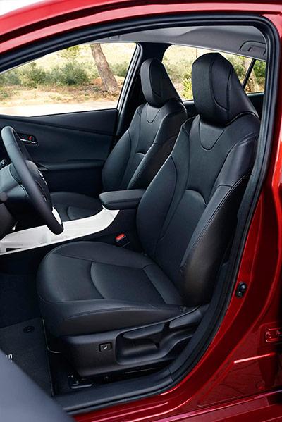 Los asientos delanteros tienen un aspecto más imponente y recogen el cuerpo mejor que los anteriores.