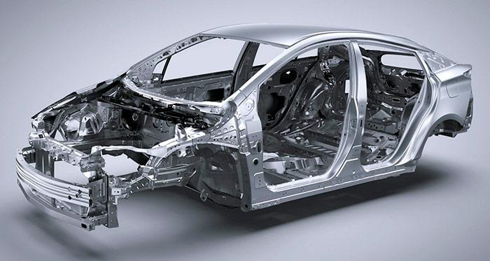 El monocasco autoportante recibe un porcentaje mucho mayor de chapa de acero especial, que era casi testimonial en el anterior Prius.