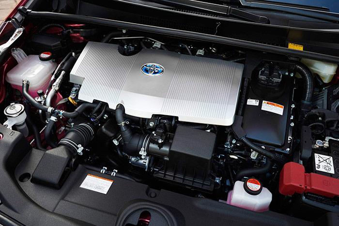 Si bajo el capó de un coche de mecánica clásica ya no hay hueco para nada, obvio es decir que en el Prius esto se agudiza todavía más.