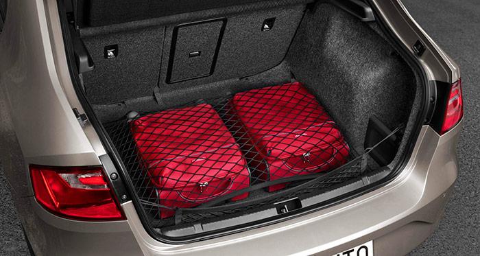 El maletero del Toledo IV recupera una característica de la que ya disfrutaba la primera generación: el portón trasero, que facilita la carga y descarga de impedimenta voluminosa. Porque en cuanto a volumen, una vez superado el borde inferior del vano, no hay problema: más de medio metro cúbico está a disposición del usuario.