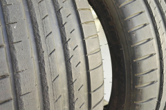 Estado de los neumáticos tras las pruebas en circuito. En primer plano, el delantero izquierdo. En segundo plano, el derecho.