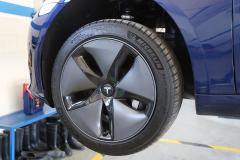 Llanta «Aero» de 18 pulgadas, con tapacubo que favorece el flujo del aire y neumáticos Michelin Pilot Sport 4 en medidas 235/45 R18 98Y XL.