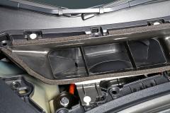 Desmontando esta tapa se accede a la batería de 12 V y a los niveles del líquido refrigerante de la batería de alta tensión y del líquido de frenos.