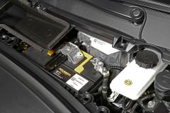 Batería de 12 V  y depósito del líquido de freno