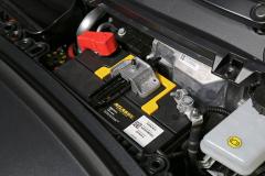Batería de 12 V y depósito del líquido de frenos.
