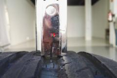 Neumático delantero izquierdo. Profundidad de dibujo del segundo surco interior: 7 mm.