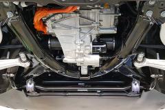 Vista del motor delantero, cables de alta tensión y algunos elementos de la suspensión.