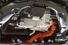 Vista del motor delantero, parte del subchasis y cables de alta tensión