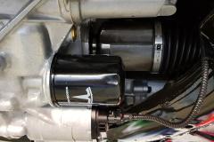 En primer plano, el filtro del aceite que se encarga de refrigerar el motor.