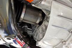 Vista lateral del motor delantero en detalle.