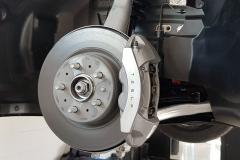 Eje delantero. Disco de 320 mm de diámetro y 25 mm de espesor. Pinza fija de cuatro pistones.