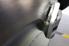 Eje trasero. Detalle del disco ventilado y la pinza flotante de un pistón.