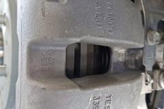 Eje trasero. Detalle de la ventana de la pinza de freno a través de la cual se puede comprobar el grosor de las pastillas.