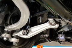 Vista de la suspensión delantera desde su parte inferior. A la vista quedan los dos brazos independientes de la misma, los puntos de anclaje de la barra estabilizadora y la barra de la dirección.