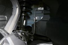 Detalle de la suspensión delantera. Amortiguador, muelle y brazo  longitudinal con buje integrado.