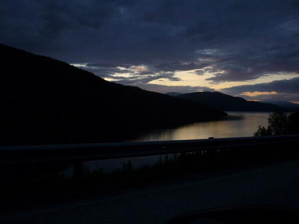 Cielo en el agua. Fiordo noruego. Luz de Medianoche.