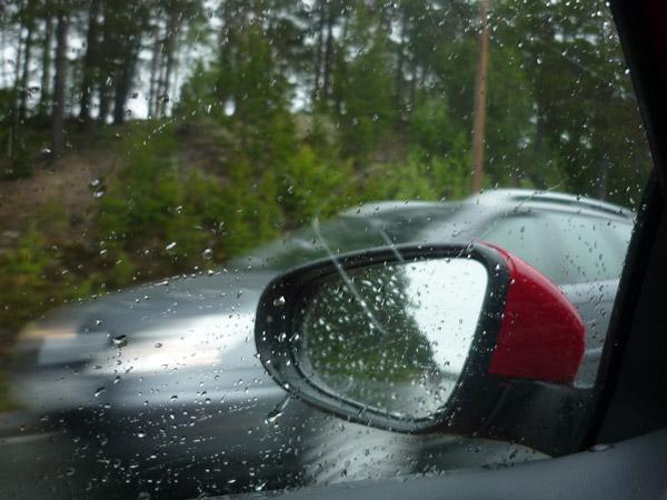 Retrovisor, un hueco en la lluvia