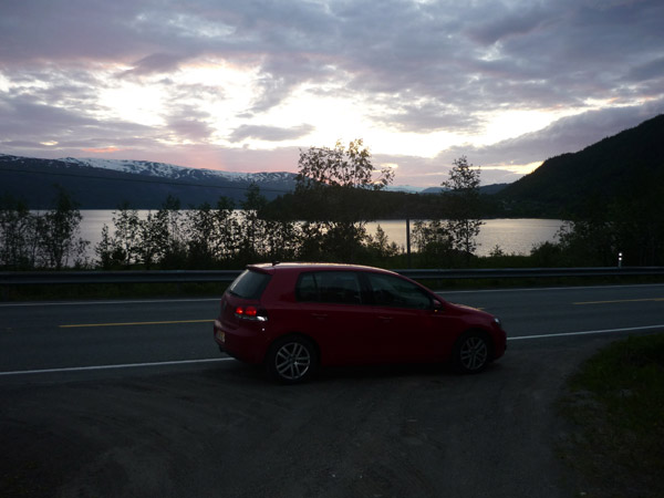 0013-Volkswagen Golf. Fiordo. Mo i Rana. Luz en el agua.