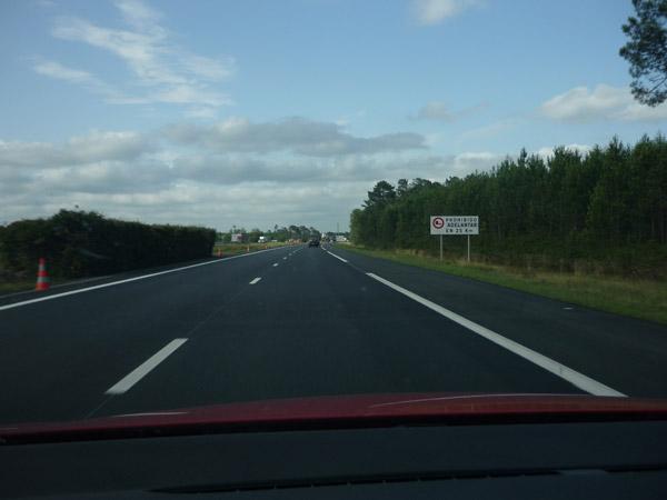 Volkswagen Golf. Del trópico al Ártico. Autopista A-10. Francia. Prohibido adelantar.