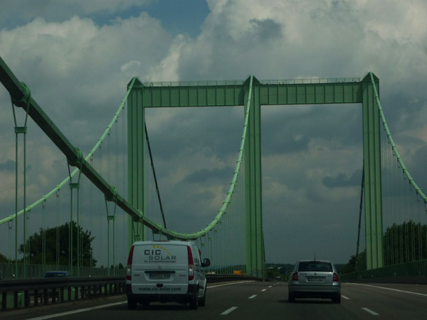 Volkswagen Golf. Del trópico al Ártico. Alemania. Puente cerca de Colonia.