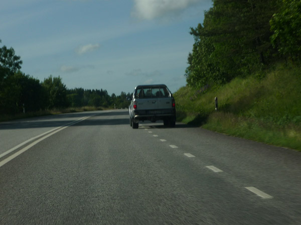 Coche arcén. Carretera E-6. Suecia. Cerca de Noruega.