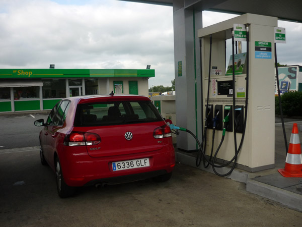 Volkswagen Golf. Del trópico al Ártico. Autopista A-10. Francia. BP Ultimate.