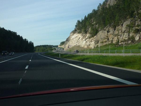 Autopista rocas. Autopista E-6. Suecia. Frontera con Noruega.