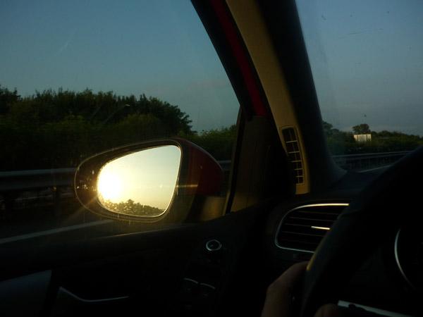 Volkswagen Golf. Del trópico al Ártico. Autopista A-10. Francia. Retrovisor. Puesta de sol.