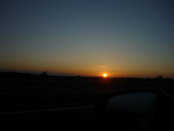 Volkswagen Golf. Del trópico al Ártico. Autopista A-10. Francia. Puesta de sol.