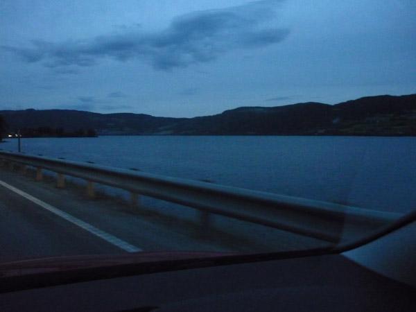 011-luz-11-30. Lago entre Oslo y Trondheim.